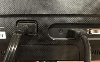 Как проверить надежность подключения кабеля питания монитора